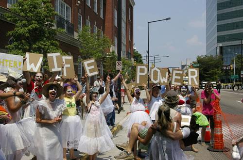 wife-power-clown-disrupts-kkk-rally